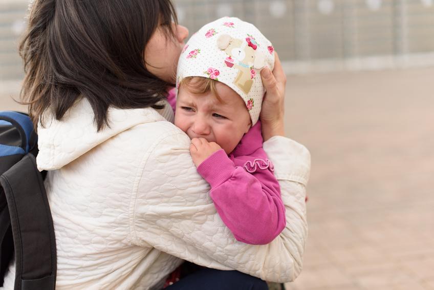 Dzieci musza? wypłakać się w domu. Polscy rodzice wychowują konserwatywnie