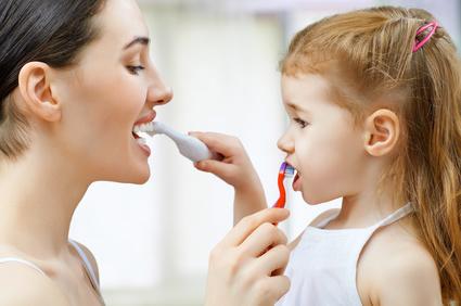 Jak uczyć dziecko dbać o buzię i zęby? Zabawa w łazienkowe rytuały.