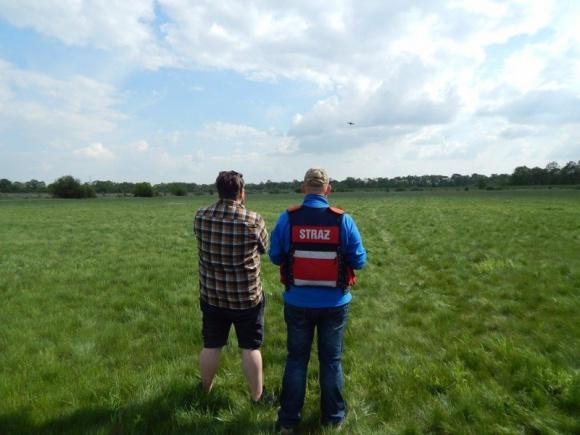 Dron pomoże strażakom w poszukiwaniu zaginionych Problemy społeczne, BIZNES - Regionalna straż pożarna jako pierwsza w Polsce kupiła dron, który stanie się częścią zespołu ratowniczego OSP Lipki. Będzie szukał ofiar utonięć i zaginionych.